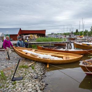 Träbåtar vid brygga.