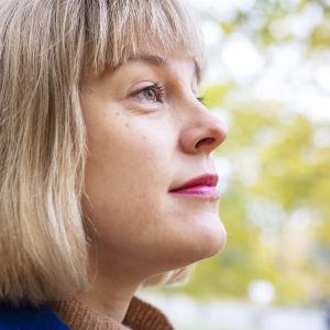 Emma Taulo katsoo eteenpäin sivusta kuvattuna.