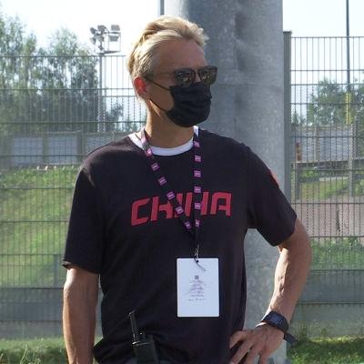Mika Kojonkoski står med solglasögon på sig.