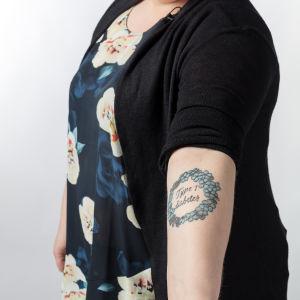 Iida Missoume esittelee diabetes-tatuointiaan.