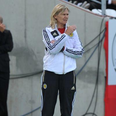 Anna Signeul som tränare för Skottland.