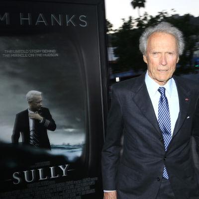 Clint Eastwood ser skeptisk ut på en filmpremiär år 2016.