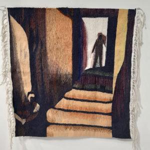 Kudottu seinävaate, jossa ihmishahmo seisoo oviaukolla kohti katsojaa laskeutuvien portaiden yläpäässä.