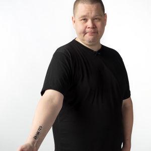 Ilkka Koski esittelee diabetestatuointiaan.