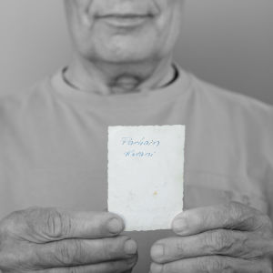 miehen kädessä vanha kuva