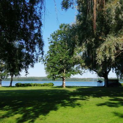 Stallörsparken med gröna träd och gräsmattor i Ekenäs.