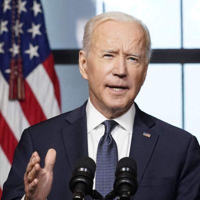 Joe Biden håller tal, i bakgrunden syns USA:s flagga