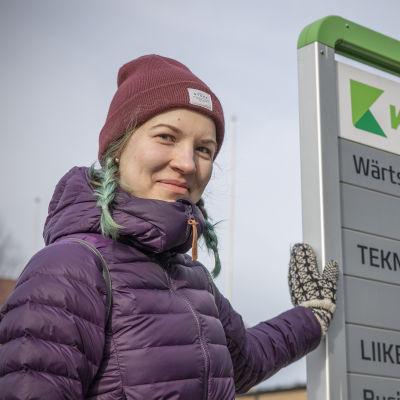 Opiskelija Tiia Suikkanen Karelia AMK:n edustalla.