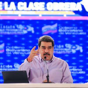Nicolás Maduro som pratar och håller upp sin högra hand.