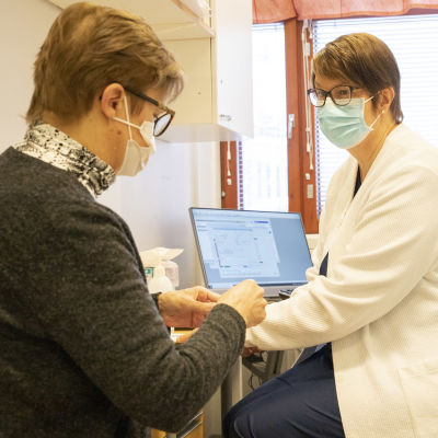 Sairaanhoitaja Johanna Martikainen ottaa verikoetta siilinjärveläiseltä Tarja Hartikaiselta.
