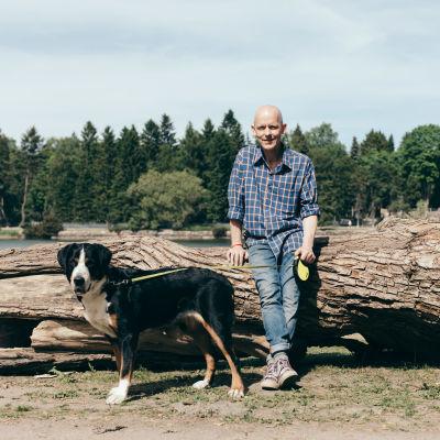 Marcus Groth med sin hund schweiziska vallhund, Rebecca