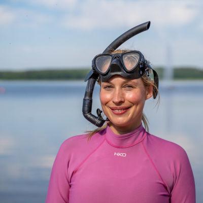 En kvinna med snorkel.