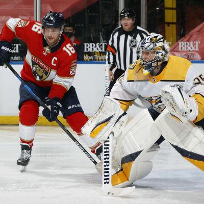 Alexander Barkov bredvid Pekka Rinne på isen i en NHL-match.