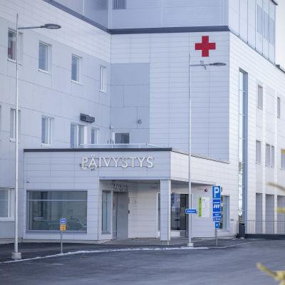 Ulkokuva Pohjois-Karjalan keskussairaalan päivystyksestä.