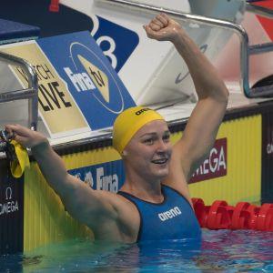 Sarah Sjöström sträcker en arm i luften efter målgången
