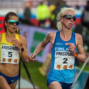 Annemari Kiekara ja Charlotte Fougberg 10 000 metrin juoksussa Ruotsi-ottelussa Tampereella.