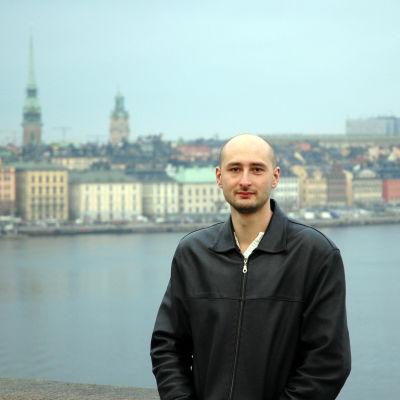 Porträttbild på ryska författaren och journalisten Arkadij Babtjenko, Stockholm i bakgrunden
