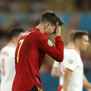 Alvaro Morata pitelee kättä kasvoillaan.