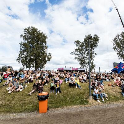 Människor som deltar i Behms konser under festivalen Tammerfest i Tammerfors i juli 2021.