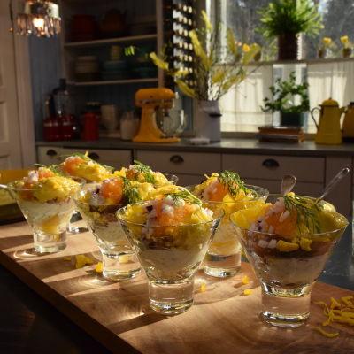 8 portioner matjesglas i ett kök.