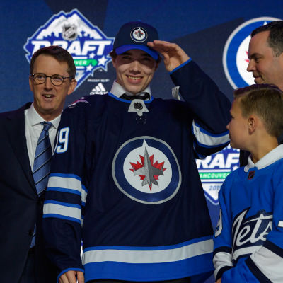 Ville Heinola ler efter att ha blivit vald som nummer 20 i draften.