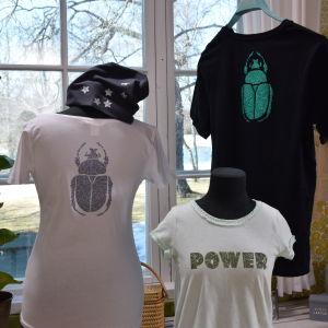 kolme t-paitoja ikkunan edessä