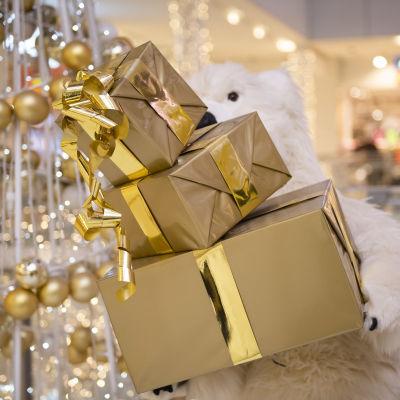 Dekorativa julklappar i ett köpcenter.