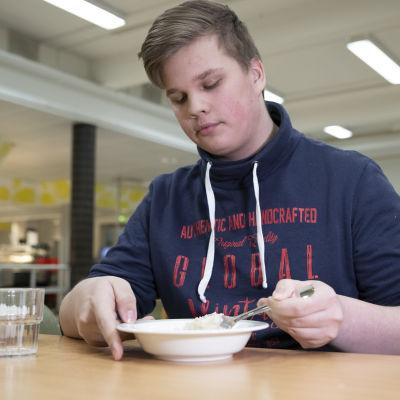 Savon ammattiopiston opiskelija Jetro Virta aamupurolla.