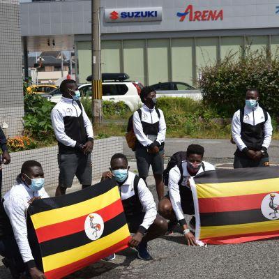 Medlemmar av Ugandas OS-lag till Tokyo på foto.