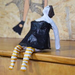 Nainen tehty papier maché -tekniikalla.