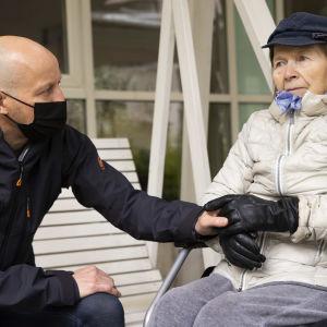 Markku Koljonen yhdessä äitinsä Martta Koljosen kanssa hoitokodin pihalla Joensuussa.