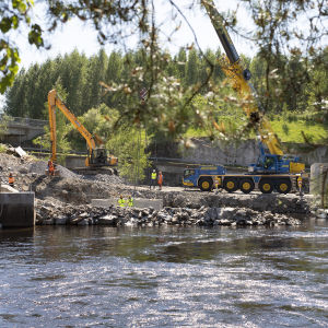 Kalaportaiden rakennustyömaa Juankoskella Karjalankosken vesivoimalaitoksella.