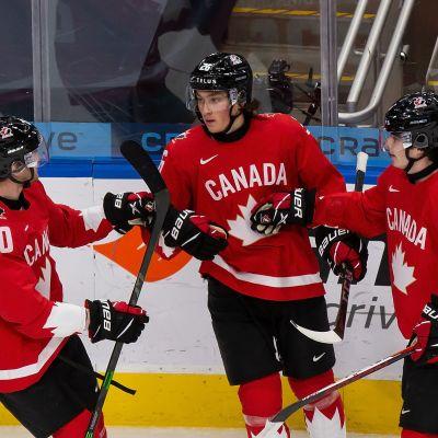 Dawson Mercer, Philip Tomasino, Jamie Drysdale firar ett av Kanadas mål i 16–2-segern mot Tyskland.