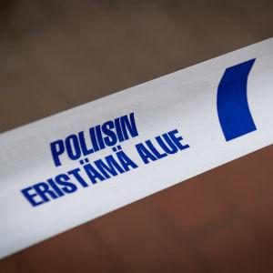 Yksityiskohta poliisin tutkinta-alueiden eristämisessä käyttämästä nauhasta-