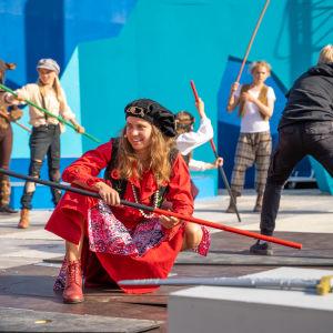 Bild av en skådespelare utklädd till pirat på scenen.