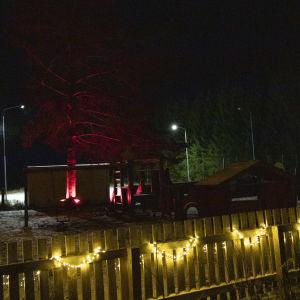 Siilinjärveläisen Kumpusen kylätalon pihapiiri ja leikkipuisto valaistuna.
