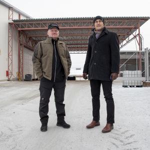 Omatalon pääluottamusmies Pasi Kainulainen ja toimitusjohtaja Janne Rönkkö Omatalon tehtaan pihalla.