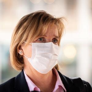 Justitieminister Anna-Maja Henriksson (SFP) i närbild med ett vitt munskydd på sig.