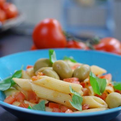 Annos valmista tomaattipastaa kera oliivien.