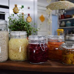 Rad med mjölksyrade grönsaker i burkar