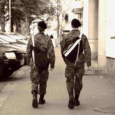 två män på trottoar