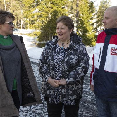 Siilinjärven ev.lut.seurakunnan diakoniatyöntekijä Kirsi Launonen sekä siilinjärveläiset Sanna Lappalainen ja Tuomo Räsänen.