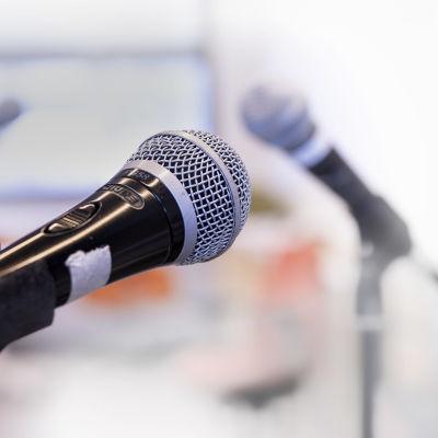Mikrofoneja mikrofonijaloissa.
