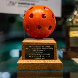 Punainen salibandypallo, jolla on tehty ensimmäinen arvokisamaali 9.5.1994 ottelussa Norja-Unkari.