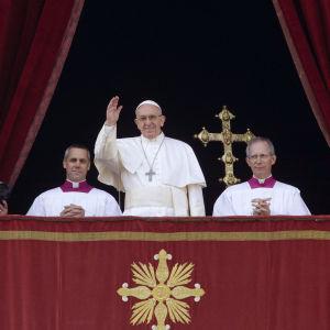 Påve Franciskus ger sin julhälsning från Peterskyrkans balkong 2016.