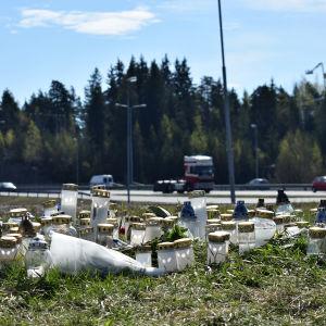 Ljus vid platsen för dödsolyckan vid Omfartsvägen i Åbo 18 maj 2017.