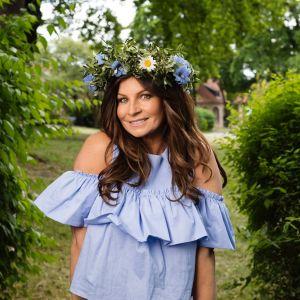 Carola Häggkvist med blommor i håret.