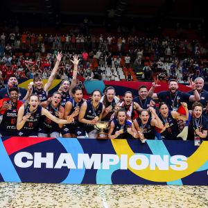 Serbian joukkue tuulettaa mestaruutta ryhmäkuvassa.