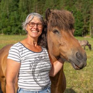 Kvinna med häst.