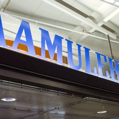 Skylt med texten Aamulehti vid tidningens redaktion i Tammerfors.